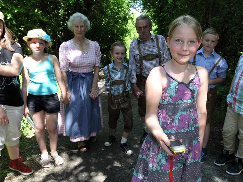Kinder beim Geocachen in Massing