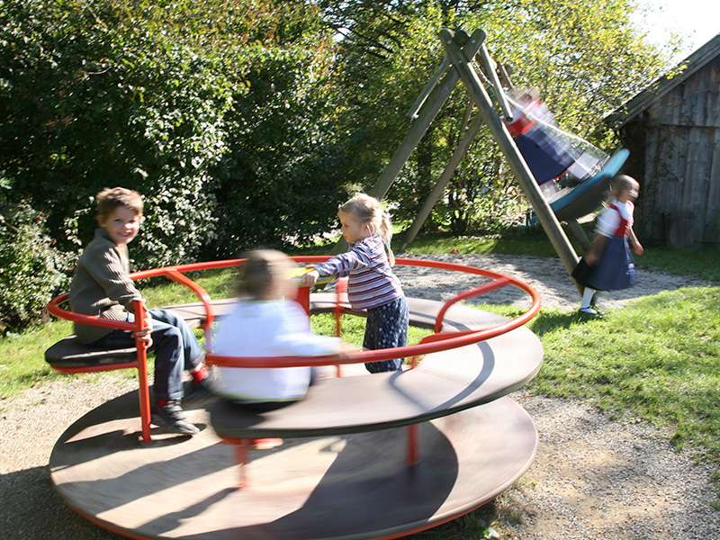 Kinder am Spielplatz Massing