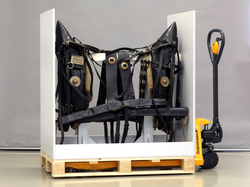 Storage of harnesses hanging by pairs in special storage pallets
